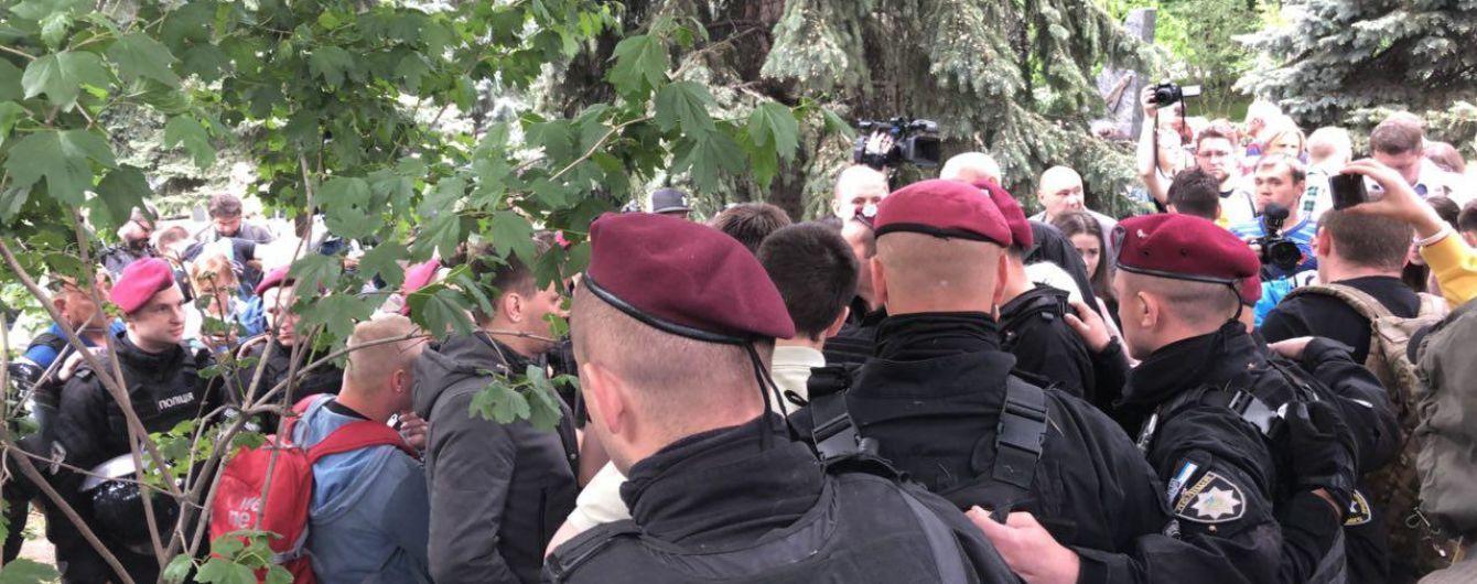 9 травня у Києві: між активістами почалася штовханина