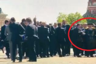 Охрана Путина вытолкнула ветерана из колонны на параде в Москве
