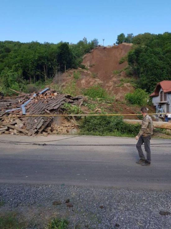 На Закарпатті зсув ґрунту зруйнував житлові будинки