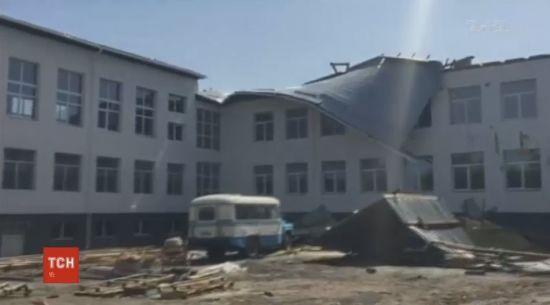 На Сумщині вітер зірвав покрівлю із щойно відремонтованої школи
