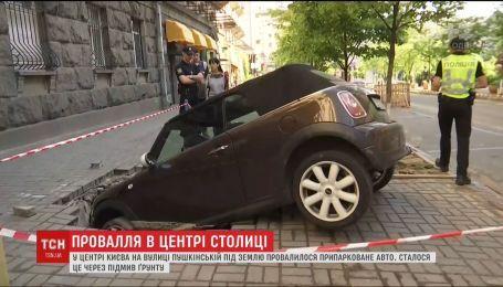 Из-за подмыва почвы в столице под землю провалился припаркованный автомобиль