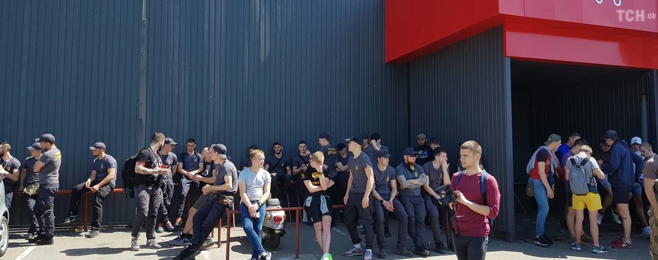 """Сутички під будинком Льовочкіна: """"Нацкорпус"""" прорвав кордон правоохоронців"""