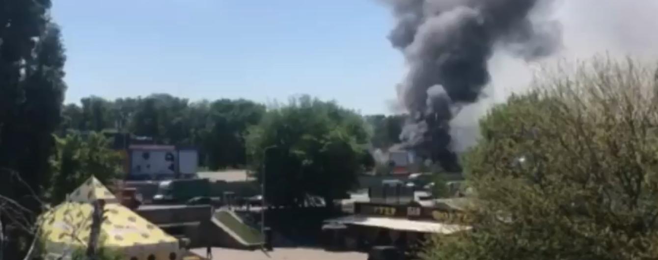Біля Гідропарку у Києві виникла масштабна пожежа