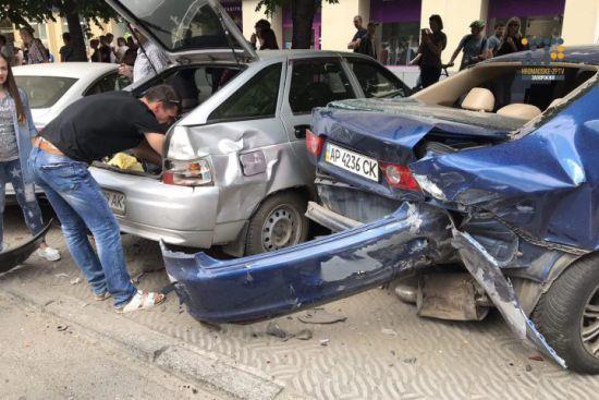 Масштабна ДТП у центрі Запоріжжя: Lexus спровокував зіткнення десятка авто, постраждали троє людей