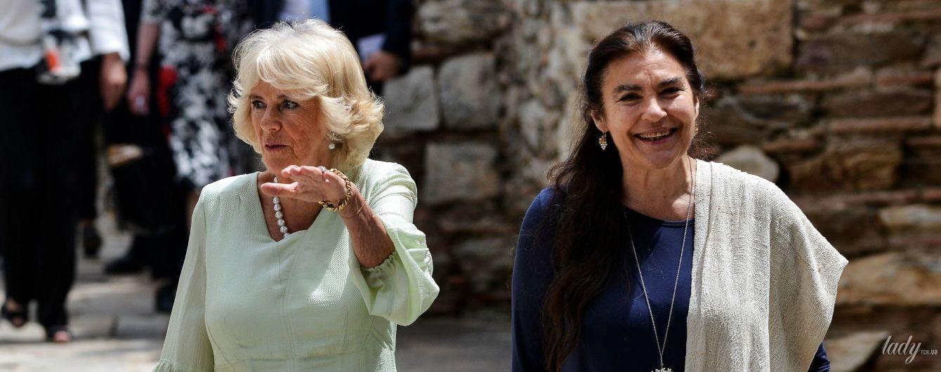 В бледно-фисташковом платье и со стильным клатчем: герцогиня Корнуольская посетила монастырь