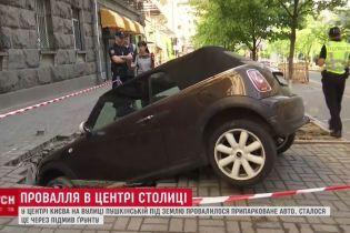 Иностранец, чья машина провалилась под асфальт в Киеве, будет искать виновных
