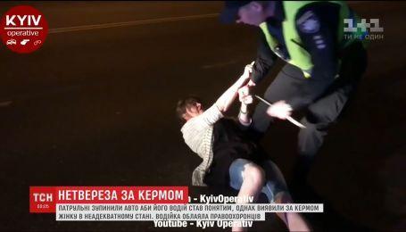 В столице пьяная водительница разлеглась на дороге, когда ее пытались задержать полицейские