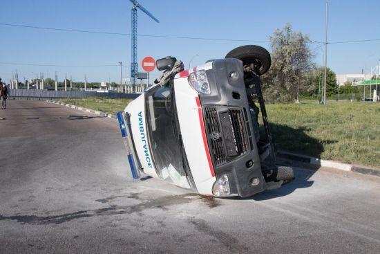 У Києві легковик підрізав швидку, яка вилетіла з дороги і перекинулась - ЗМІ