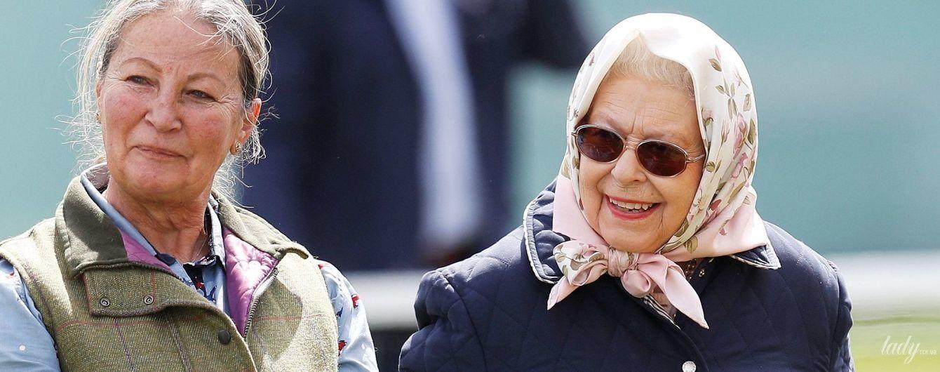 В стеганой куртке и в платке с цветочным принтом: королева Елизавета II в необычном образе посетила конные соревнования