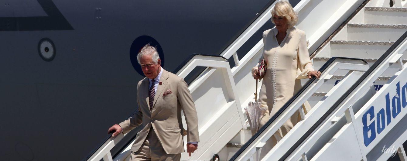 В бежевой тунике и с кружевным зонтом: герцогиня Корнуольская Камилла на Крите