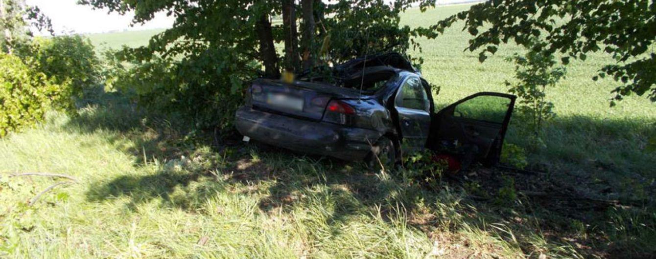 На Черниговщине авто вылетело с дороги и врезалось в дерево, погибли супруги с младенцем