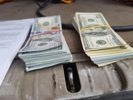 На Донбасі затримали автомобіль із контрабандними понад 76 тисячами доларів