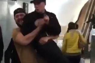 В Москве парень в шутку поднял росгвардейца и пронес несколько метров. СК возбудил уголовное дело