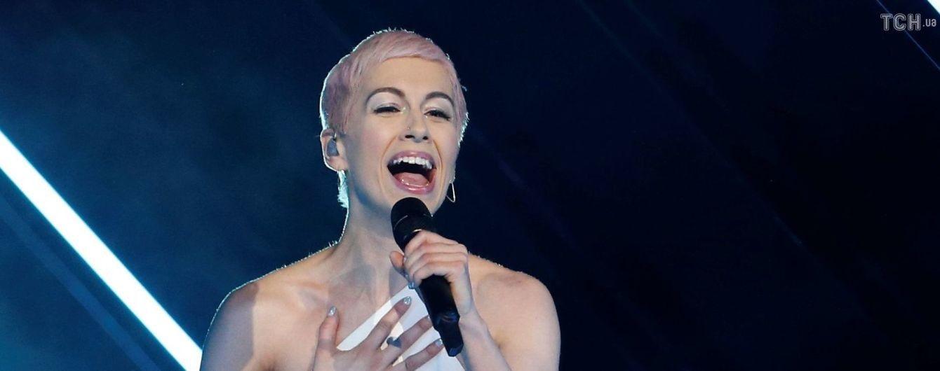 """Во время выступления Великобритании на """"Евровидении-2018"""" фанат выбежал на сцену и вырвал микрофон"""