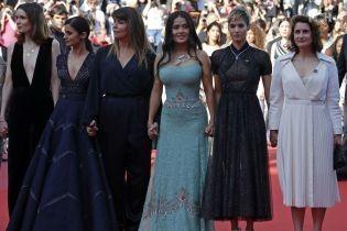 Демонстрация в Каннах: Кейт Бланшетт, Сальма Хайек и еще 80 женщин выступили против дискриминации