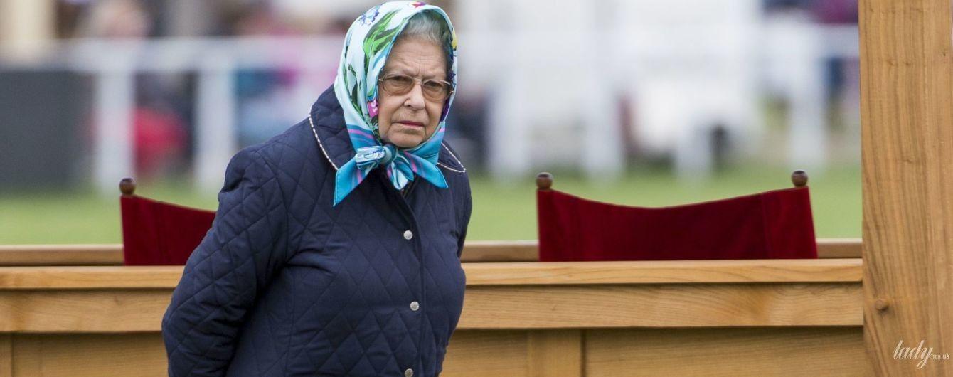 В новой юбке и любимой стеганой куртке: королева Елизавета II посетила конное шоу