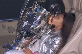 Кубок Лиги чемпионов пошел по рукам: дочь украинского футболиста проехалась с трофеем в авто