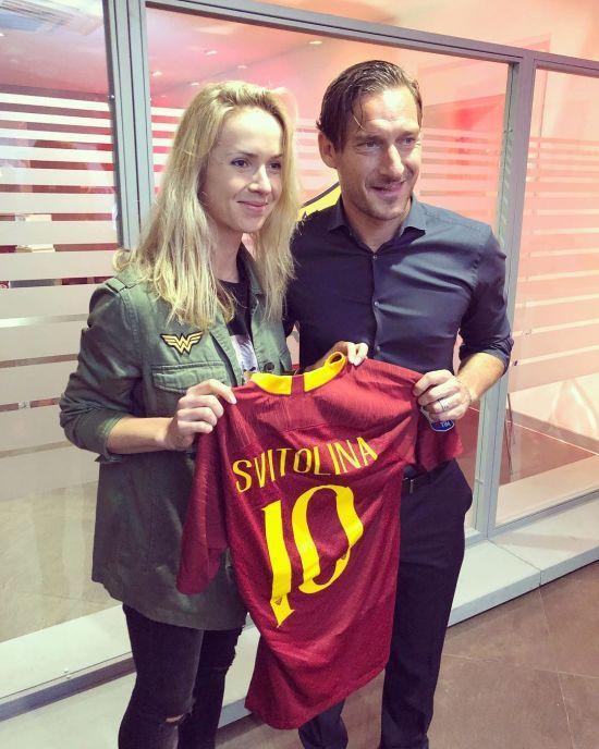 """Світоліна відвідала матч """"Роми"""" та отримала іменну футболку з рук """"імператора"""""""