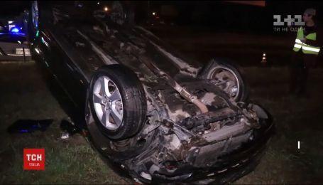 У Києві Toyota вилетіла з дороги і перевернулася