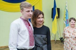 В платье интересного кроя: Марина Порошенко посетила с рабочим визитом Черновицкую область