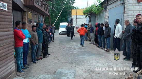 """У Києві біля ринку """"Троєщина"""" поліція накрила десятки нелегалів"""