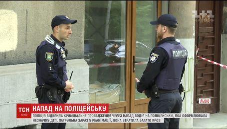 Поліцейська, яку поранили кухонним ножем у Львові, досі у реанімації