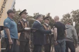 """В Сети появилось видео, как ветеран полка """"Азов"""" отказался пожать руку Порошенко"""