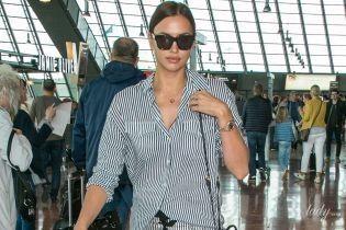 В полосатом костюме и кроссовках Prada: Ирина Шейк вернулась из Канн в Нью-Йорк