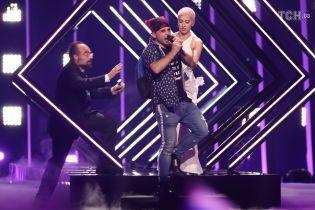 """Представительница Великобритании на """"Евровидении"""" получила травму после нападения пранкера на сцене"""