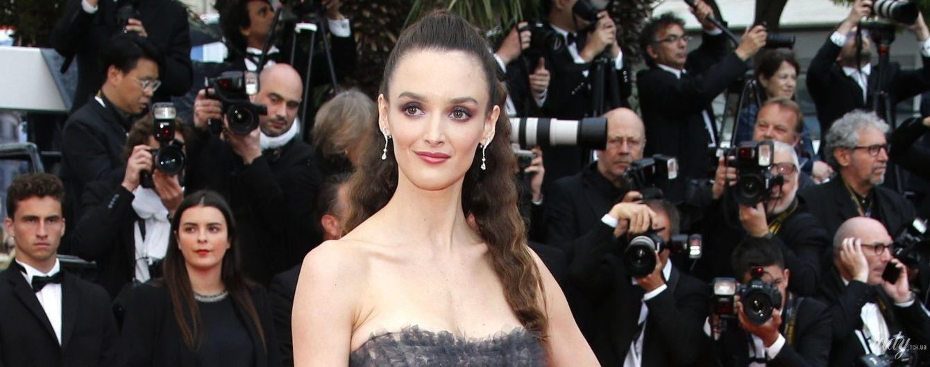 Неудачный выбор: Шарлотта Ле Бон в прозрачном платье-бюстье позировала перед камерами