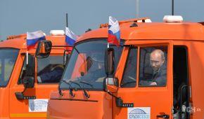 Десятки КамАЗів і Путін-далекобійник. Як відкривали міст до окупованого Криму