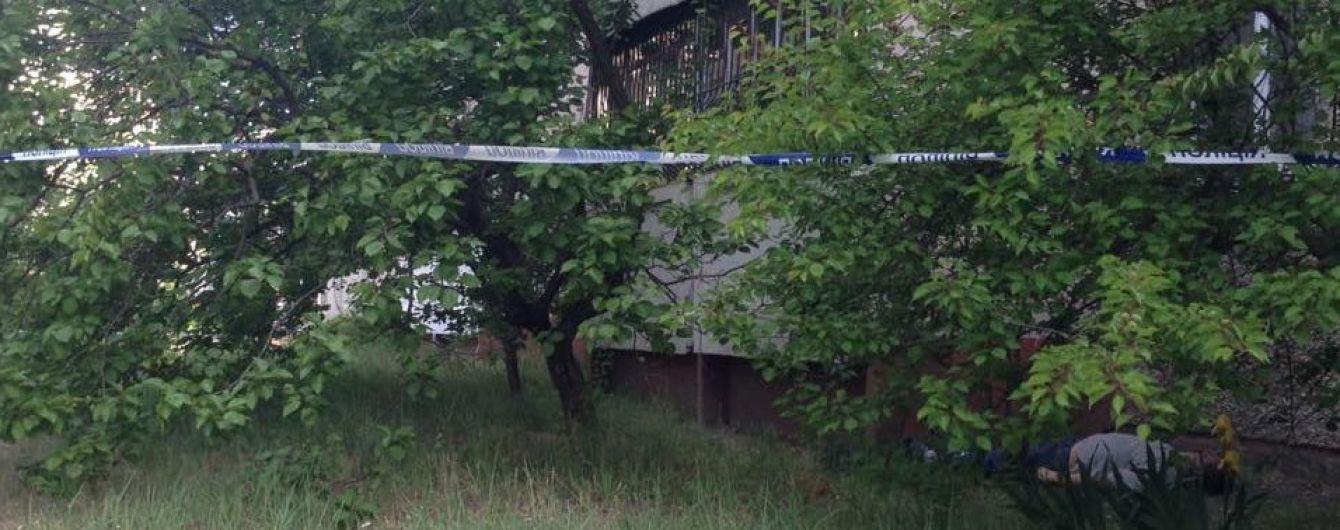На Киевщине возле жилого дома нашли труп мужчины