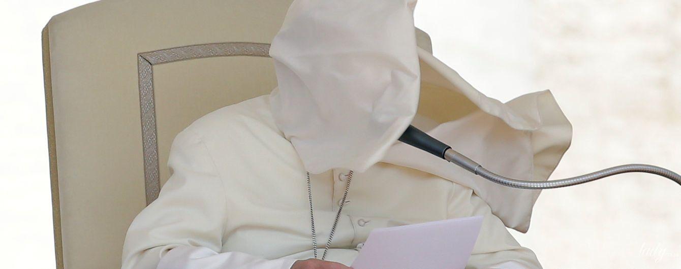 Случается с каждым: Папа Римский Франциск не справился с мантией