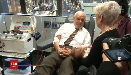 Один з найстарших та унікальних донорів Австралії востаннє пожертвував кров