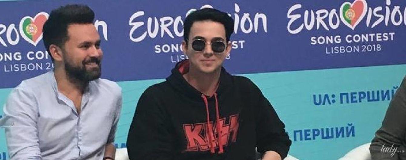 В солнцезащитных очках и с большим перстнем: стильный MELOVIN на пресс-конференции в Киеве