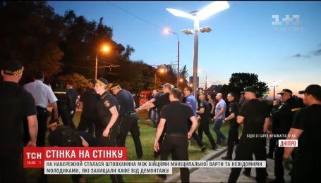 На набережной Днепра возникла массовая драка из-за демонтажа незаконного кафе