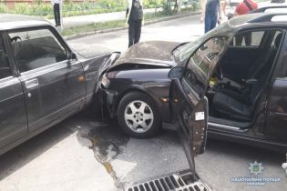 """У Києві два """"домушники"""" попалися на гарячому, спробували втекти та влетіли в машину копів"""