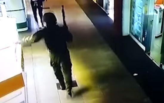 У поліції опублікували відео розбійного нападу на ювелірку у Херсоні