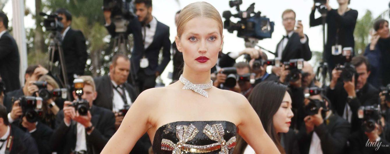 В роскошном платье с прозрачной юбкой: Тони Гаррн вновь на красной дорожке в Каннах