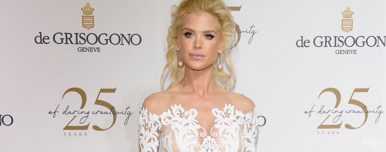 В белом роскошном платье: 43-летняя модель Виктория Сильвстедт впечатлила образом на вечеринке в Каннах