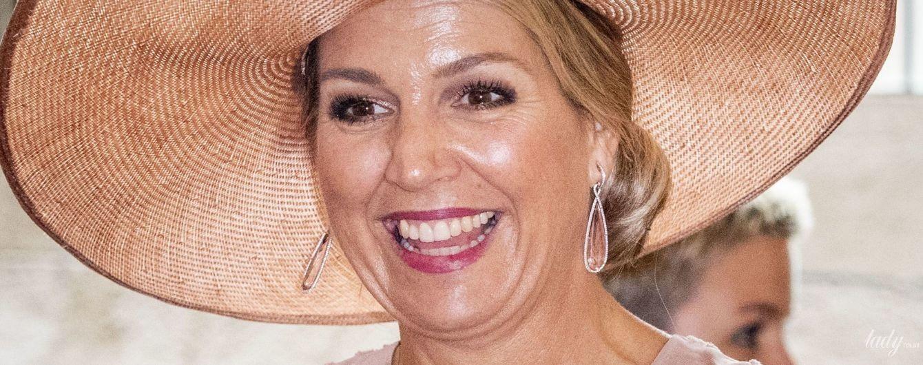 В эффектной шляпе и с улыбкой: именинница дня королева Максима на торжественном мероприятии