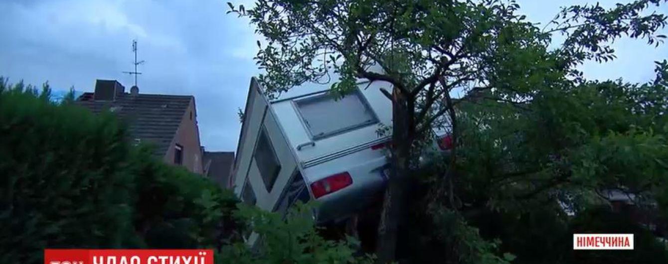 У Німеччині раптовий торнадо побив шибки у будинках та потрощив десятки машин