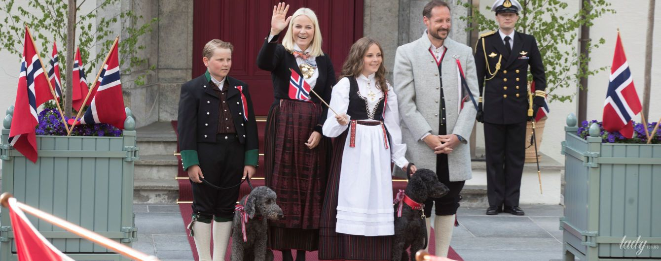 В национальных костюмах и с любимыми собаками: парадный выход норвежских монархов