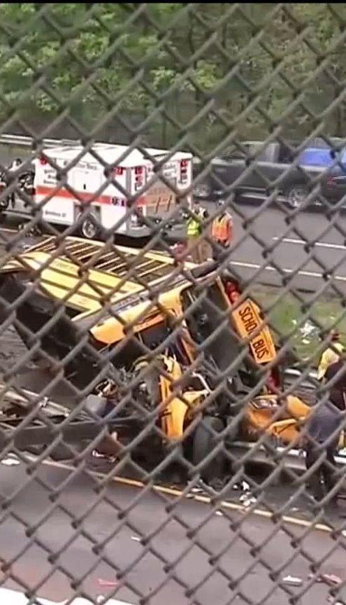 Шкільний автобус із дітьми зіткнувсь із сміттєвозом у США