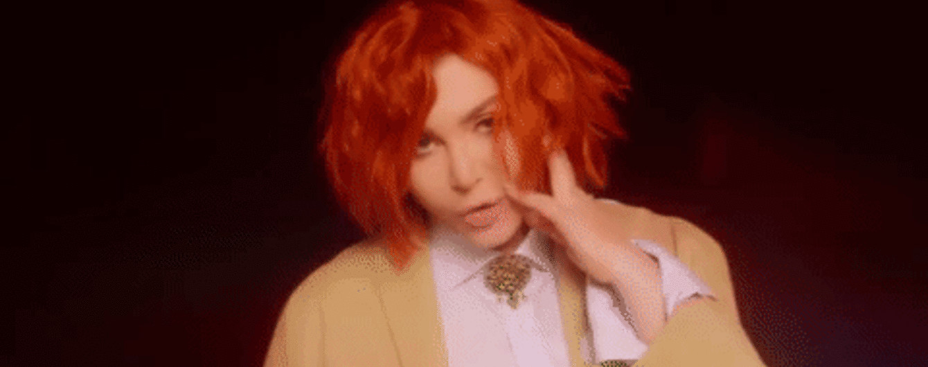Ирина Билык с короткими рыжими волосами выпустила клип с лесбийскими поцелуями