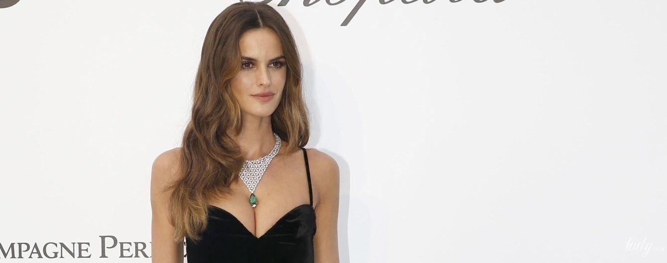 Эффектная Изабель Гулар подчеркнула красивую грудь платьем от Valentino
