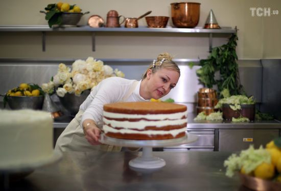 Королівська родина показала відео створення торта для весілля принца Гаррі та Меган