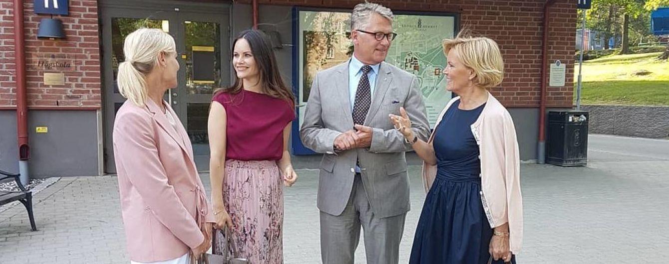 В блузке и плиссированной юбке: принцесса София продемонстрировала красивый деловой образ