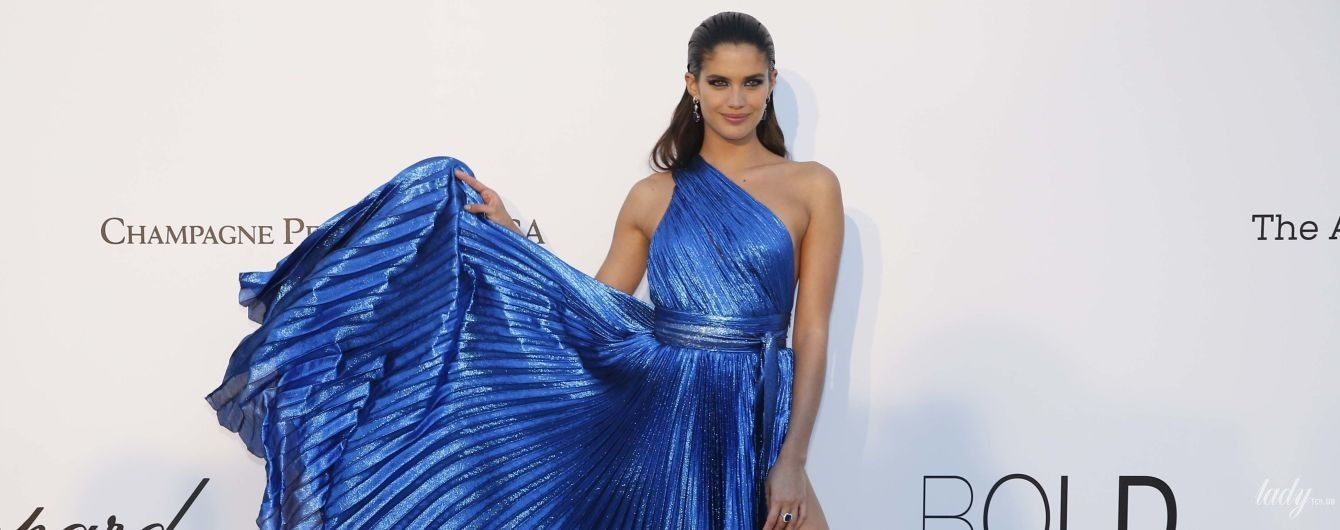 Без лишней скромности: Сара Сампайо в платье с высоким разрезом продемонстрировала стройные ноги