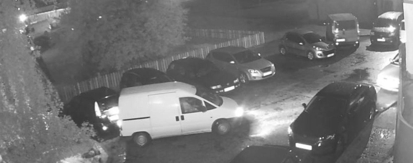 В Луцке пьяный водитель протаранил машину на парковке и толкал полицейских